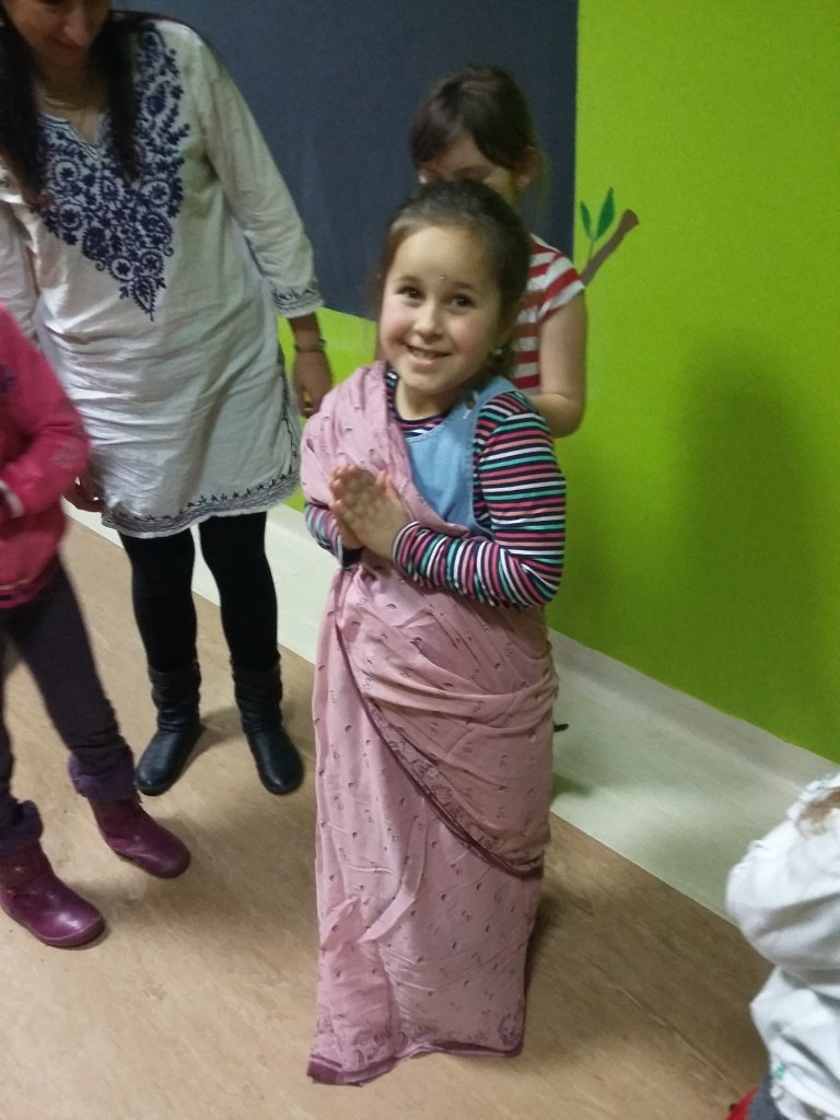 Zdjęcie przedstawia dziewczynkę ubraną w indyjskim stylu w ramach akcji pomocy rówieśnikom w Indiach opisanej w artykule.