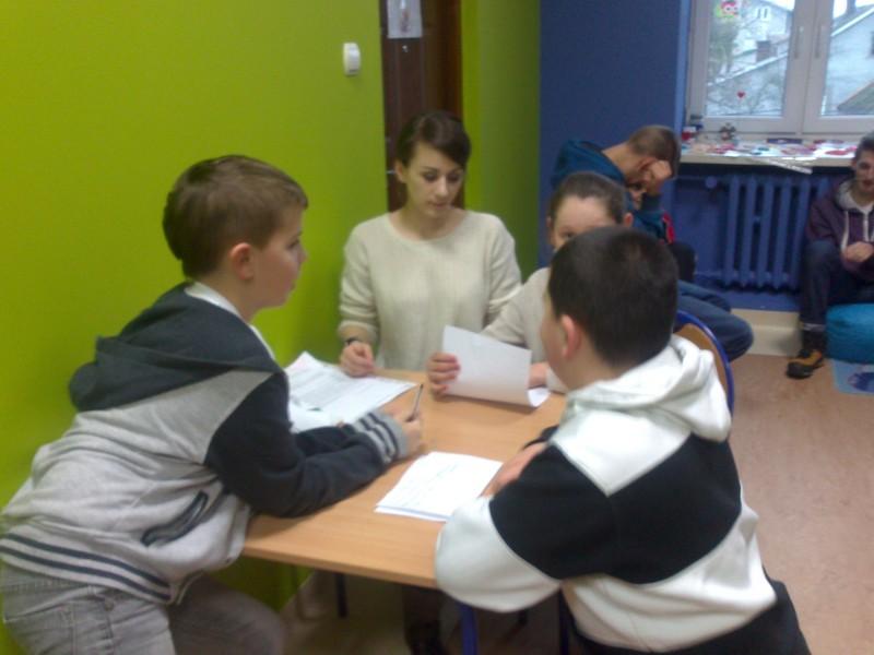 Zdjęcie przedstawia dzieci z placówki uczestniczące w warsztatach negocjacji.