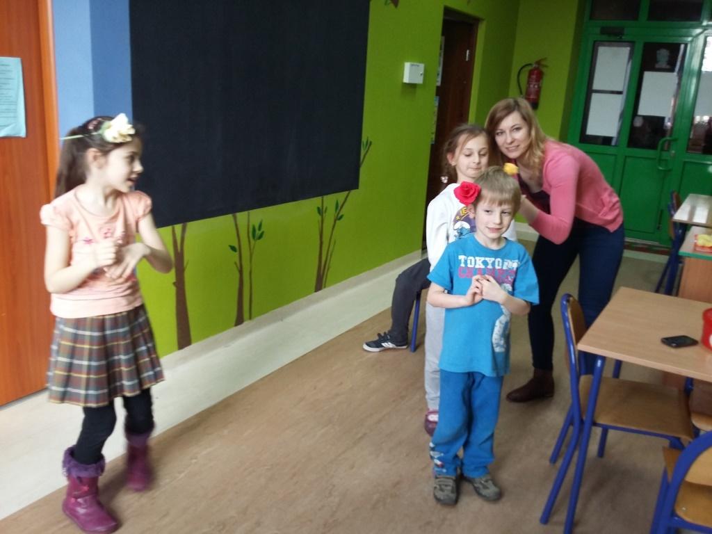 Zdjęcie przedstawia dzieci uczestniczące w warsztatach teatralnych w budynku stowarzyszenia.