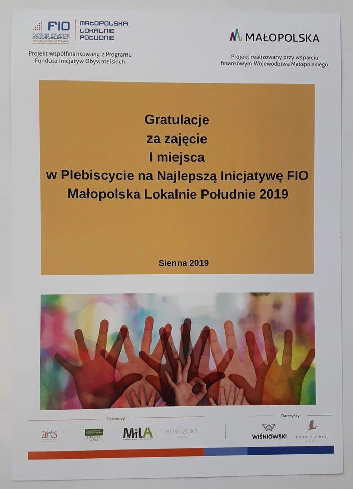 Obraz przedstawia dyplom za zajęcie 1 miejsca w Plebiscycie na Najlepszą Inicjatywę FIO Małopolska Lokalnie Południe 2019.