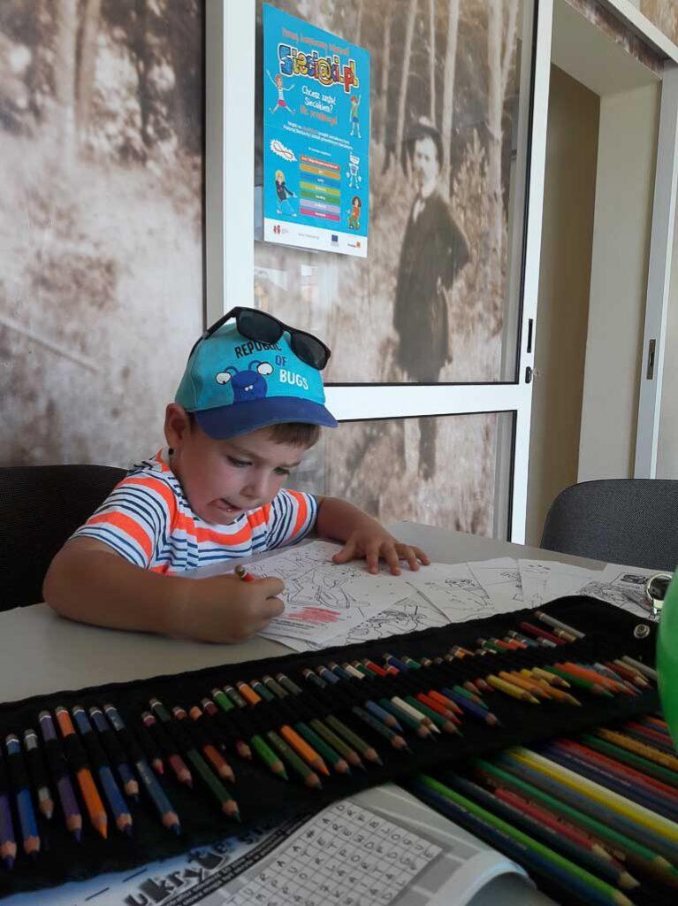 Obraz przedstawia wychowanków uczestniczących w różnego rodzaju konkursach, konkurencjach czy zabawach zorganizowanych przez animatorów.