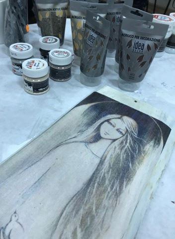 Obraz przedstawia przedmioty wykorzystane do stworzenia anielskiego obrazu oraz sam obraz.