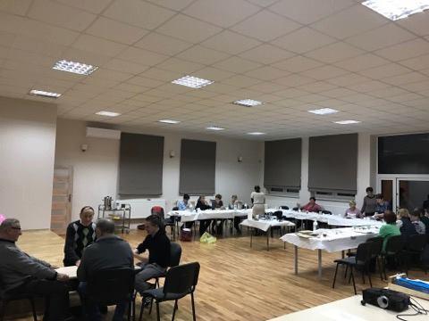 Obraz przedstawia zajęcia artystyczne w Klubie Seniora w Radłowie.