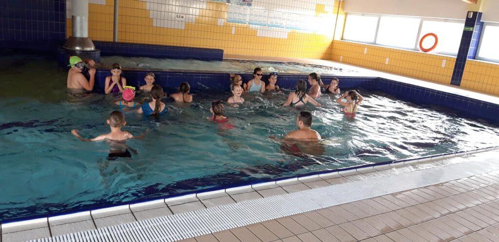 Obraz przedstawia naszych wychowanków podczas zajęć na których uczyliśmy się pływać.
