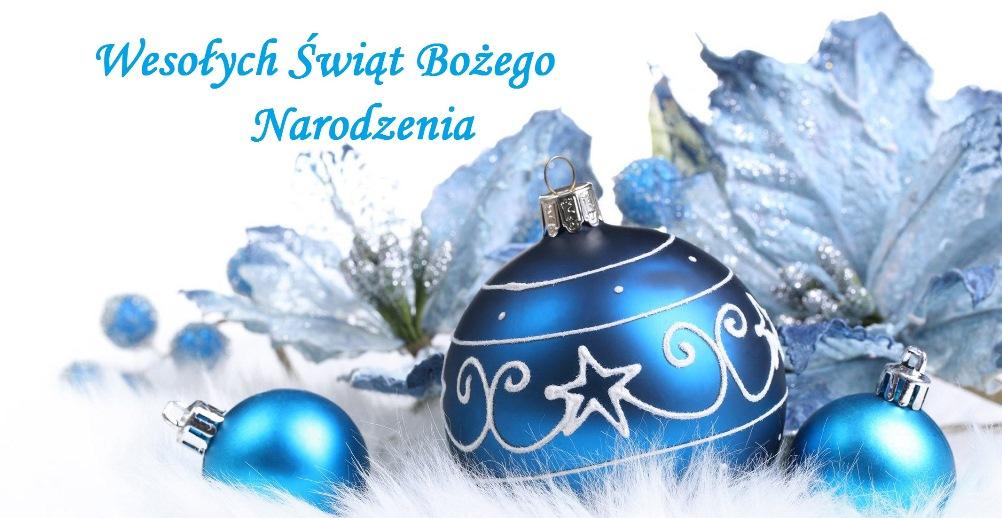 """Obraz przedstawiający 3 niebieskie bombki choinkowe oraz ozdobne kwiaty niebieskie. Widnieje również napis """"Wesołych Świąt Bożego Narodzenia""""."""