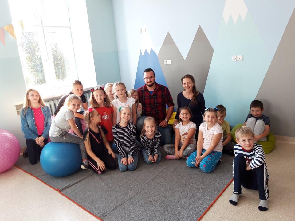 Obraz przedstawia wychowanków SPWD wraz z Gośćmi.
