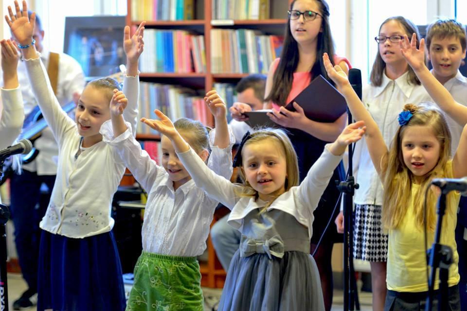 Zdjęcie przedstawia dzieci z placówki podczas koncertu pamięci św. Jana Pawła II.