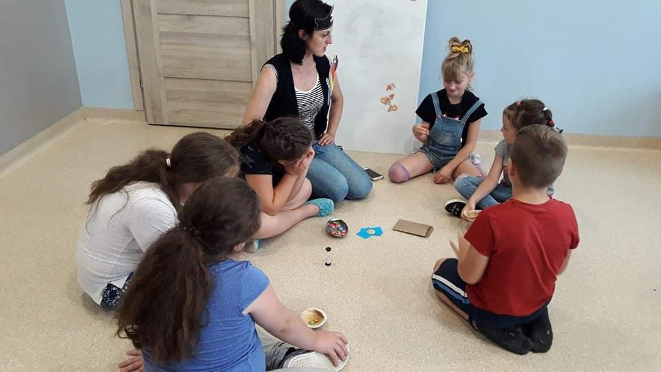 Obraz przedstawia wychowanków rozwiązujących różnego rodzaju zadania.