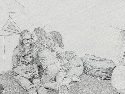 Zdjęcie wyglądające jakby było rysowane ołówkiem przedstawia trzy dziewczynki z placówki siedzące na podłodze.