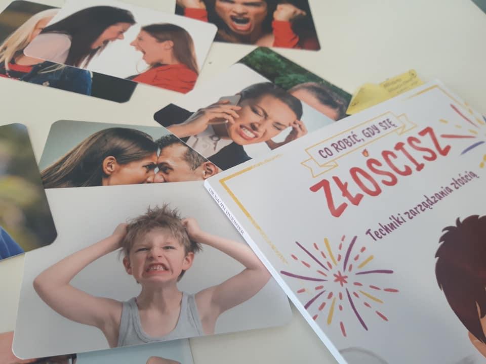 """Obraz przedstawia zdjęcia zdenerwowanych dzieci oraz dorosłych oraz książkę """"Co robić, gdy się złościsz? Techniki zarządzania złością"""""""