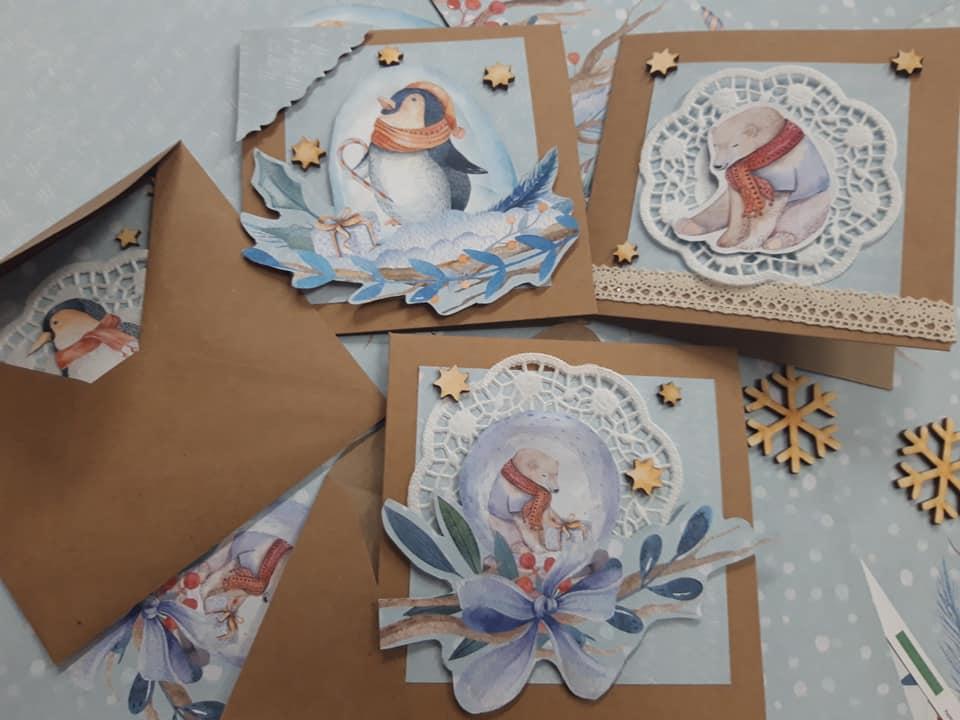 Obraz przedstawia kartki świąteczne wykonane przez naszych wychowanków. Na kartkach m.in. możemy ujrzeć zwierzęta związane z zimą.