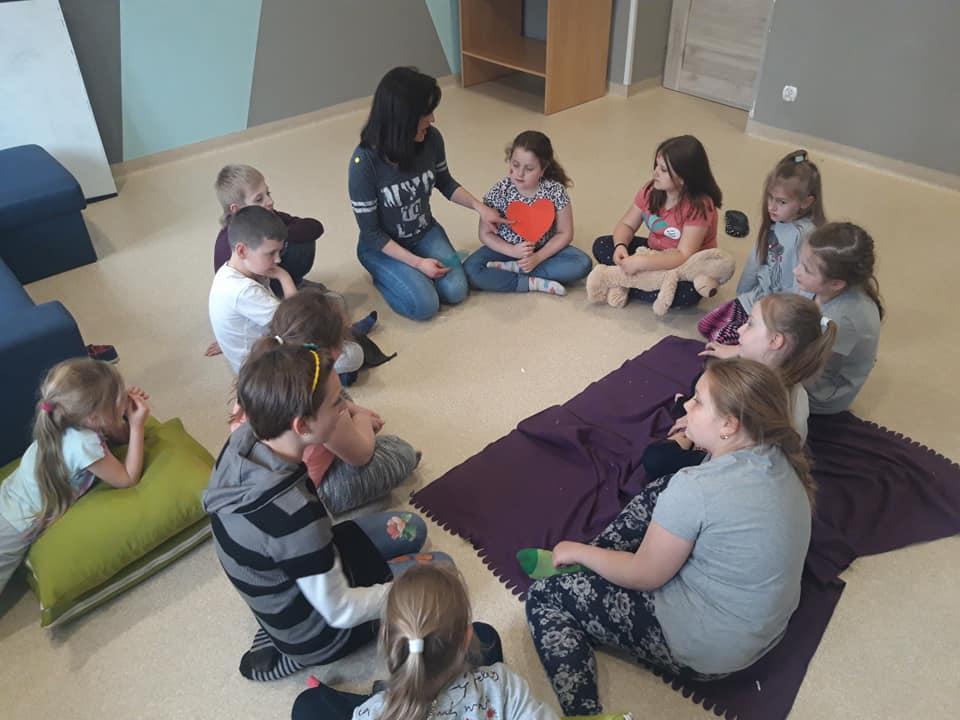 Obraz przedstawia naszych wychowanków podczas zajęć socjoterapeutycznych dotyczących empatii.