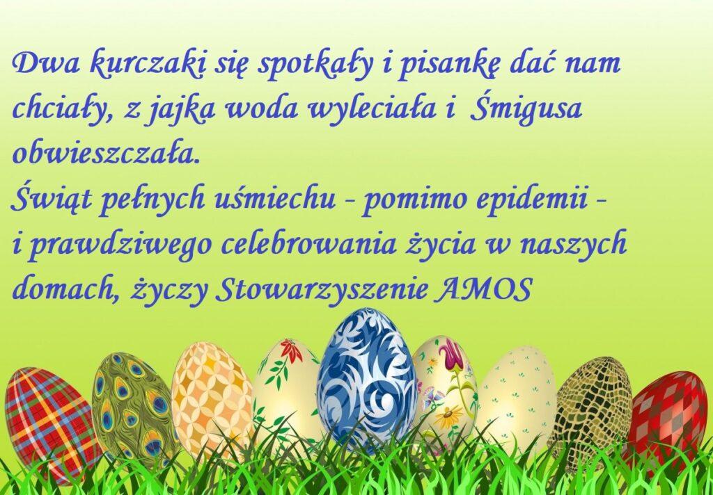 """Obraz przedstawia życzenia Wielkanocne. """"Dwa kurczaki się spotkały i pisankę dać nam chciały, z jajka woda wyleciała i Śmigusa obwieszczała. Świąt pełnych uśmiechu - pomimo epidemii - i prawdziwego celebrowania życia w naszych domach, życzy Stowarzyszenie AMOS."""