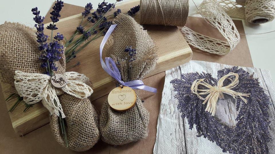 Obraz przedstawia aromaterapeutyczne woreczki dekoracyjne wykonane przy użyciu lawendy.