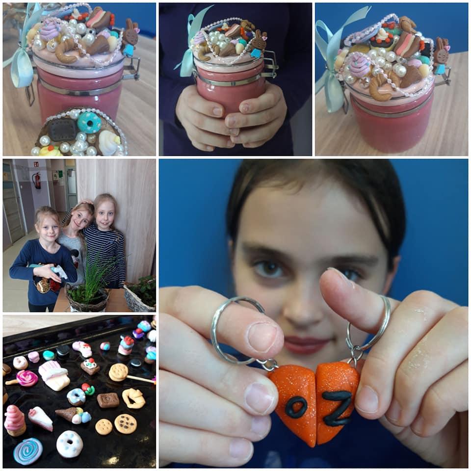 Obraz przedstawia modelinowe wypieki naszych wychowanków. Na zdjęciu możemy ujrzeć modelinowe ciastka, błyskotki, magnesy czy breloczki.