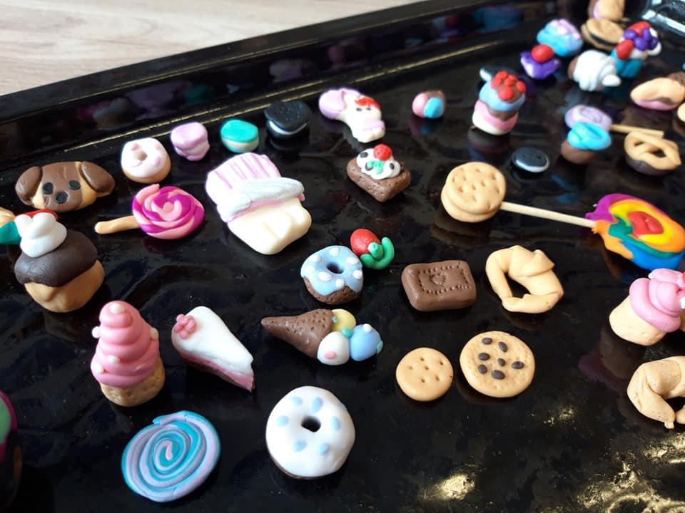 Obraz przedstawia modelinowe wypieki naszych wychowanków. Na zdjęciu możemy ujrzeć modelinowe ciastka.