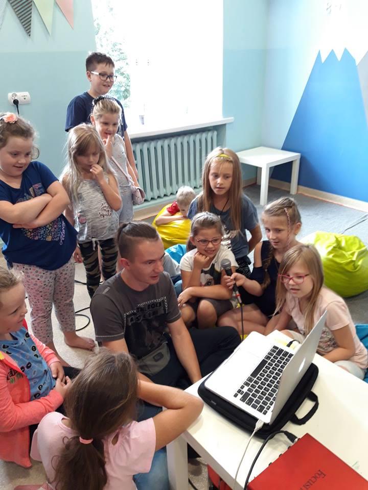 Obraz przedstawia naszych wychowanków podczas warsztatów muzycznych.