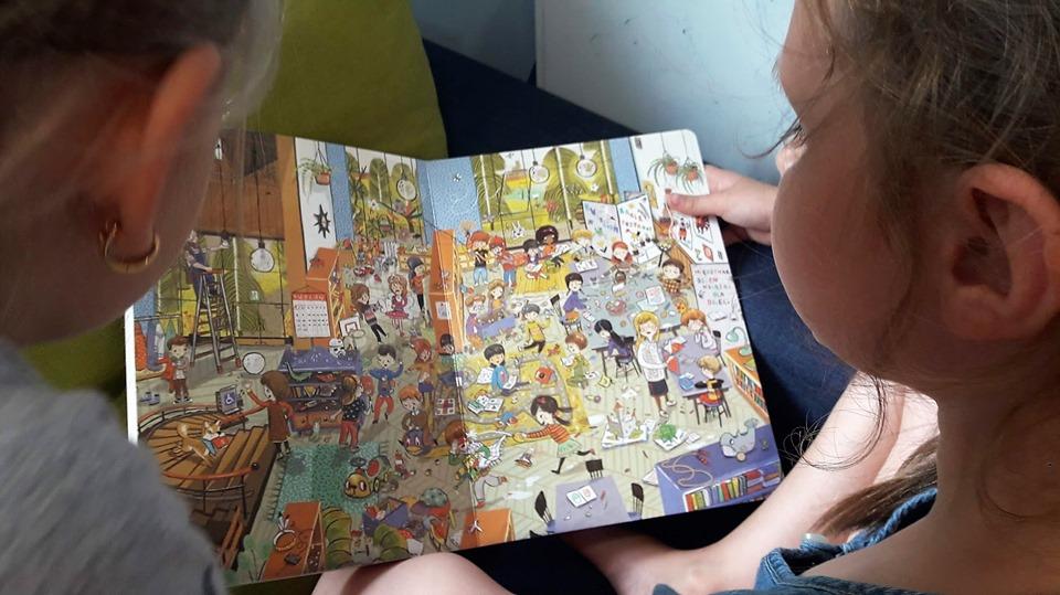 Obraz przedstawia wychowanków SPWD podczas zajęć z radzenia sobie ze stresem przy użyciu specjalnie zaprojektowanych książeczek obrazkowych.