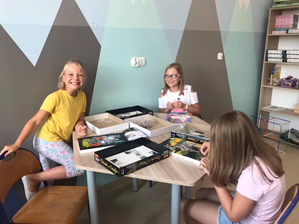 Obraz przedstawia dzieci tworzące swoje pamiętniki.