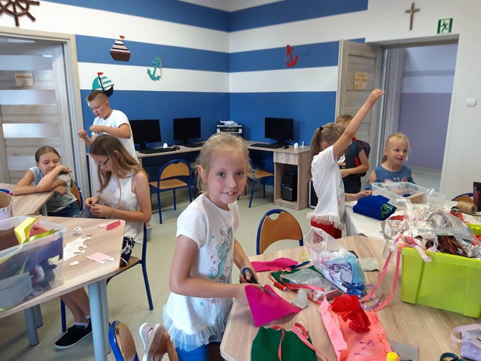 Obraz przedstawia naszych wychowanków podczas warsztatów artystycznych. Na zdjęciu możemy ujrzeć krawiectwo z użyciem filcu.