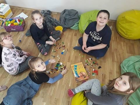 Obraz przedstawia naszych wychowanków podczas zabawy przy użyciu klocków LEGO.