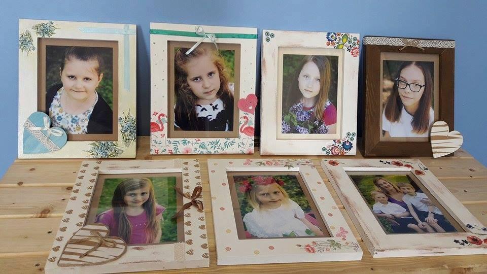 Na zdjęciu widnieją ozdobne ramki ze zdjęciami podopiecznych.