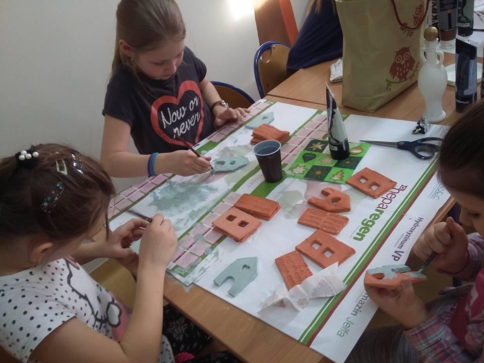 Na zdjęciu widnieją dzieci z placówki tworzące kolejne rękodzieła, tym razem przy pomocy rzeźbiarstwa.