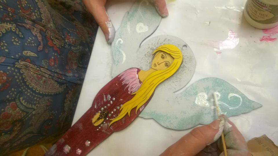 Obraz przedstawia anioła wykonanego ręcznie.