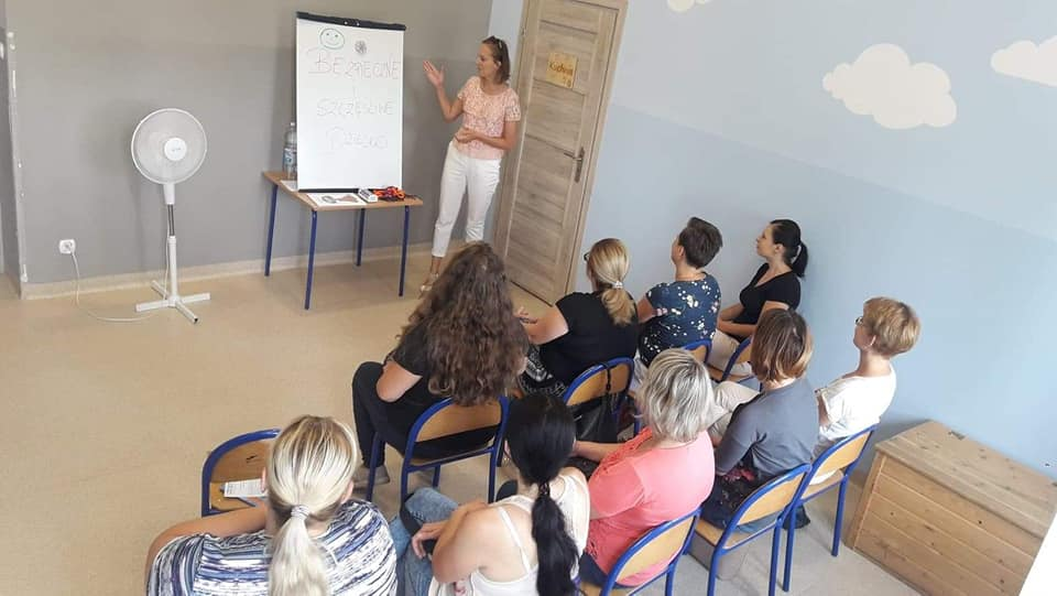 Obraz przedstawia warsztaty dla rodziców w SPWD w Radłowie. Na zdjęciu możemy ujrzeć rodziców oraz psycholog mgr. Monikę Kaczkowska.