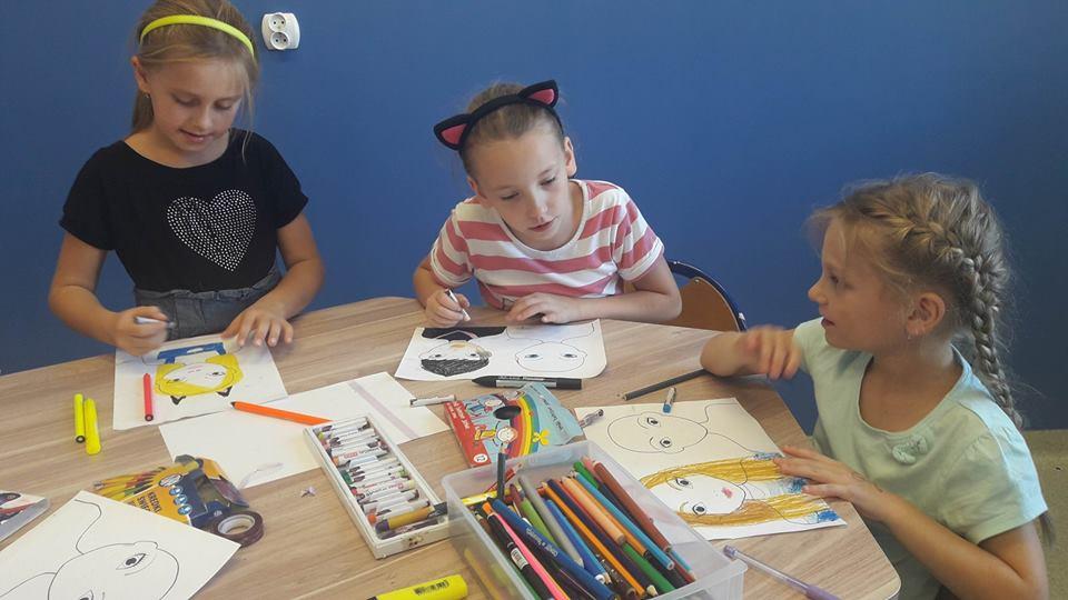 Obraz przedstawia wychowanków SPWD podczas malowania portretów.
