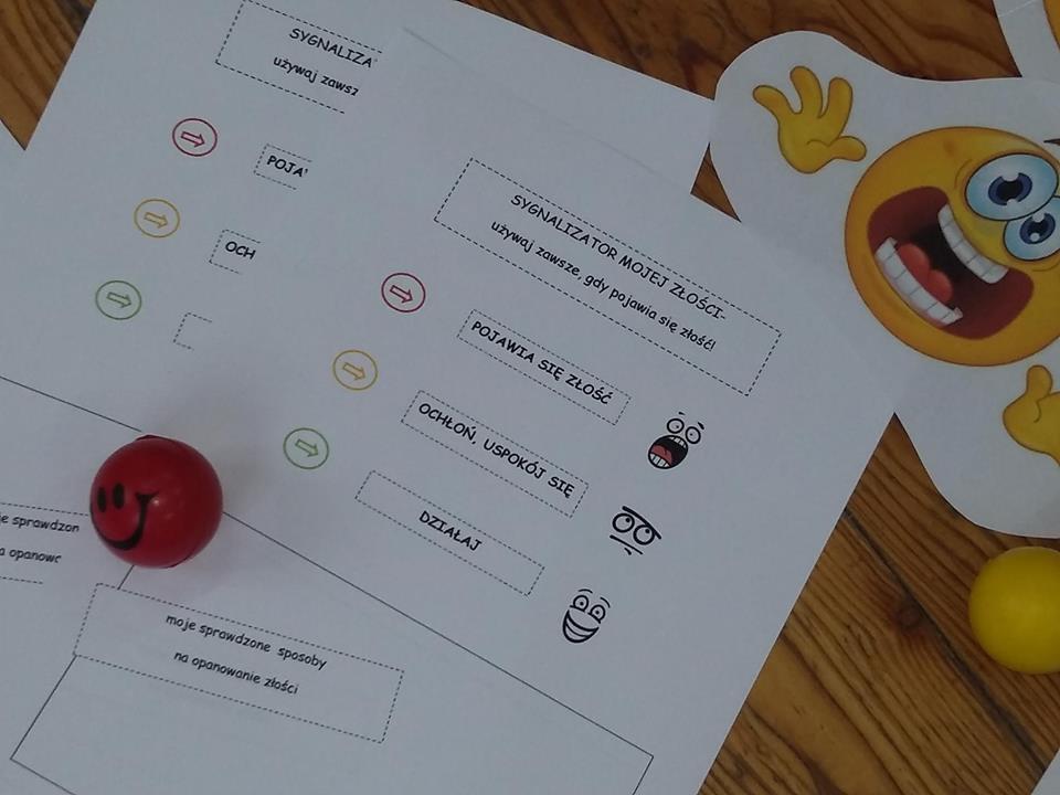 Zdjęcie przedstawia karty pracy używane podczas zajęć o emocjach w placówce.